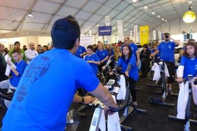 500 persones pedalen per crear energia a l'estand de FEDA a la Fira